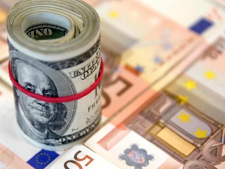 Евро дорожает, а доллар чуть подешевел: официальный курс валют
