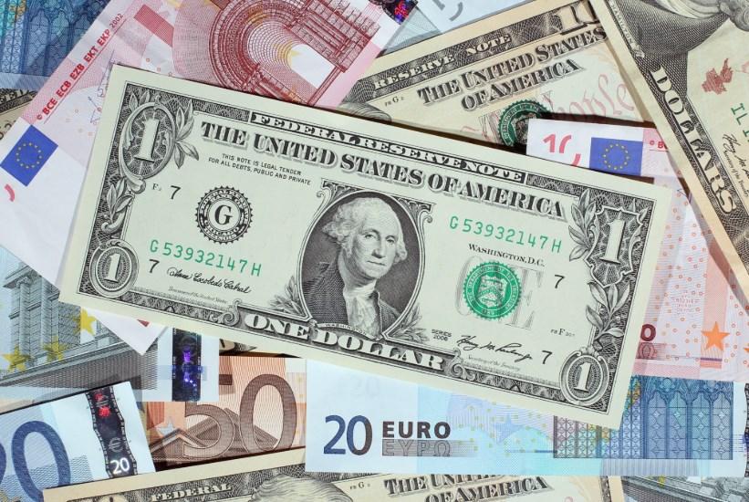 Курс валют на 18 декабря: евро существенно оторвался от гривны, доллар – не отстает