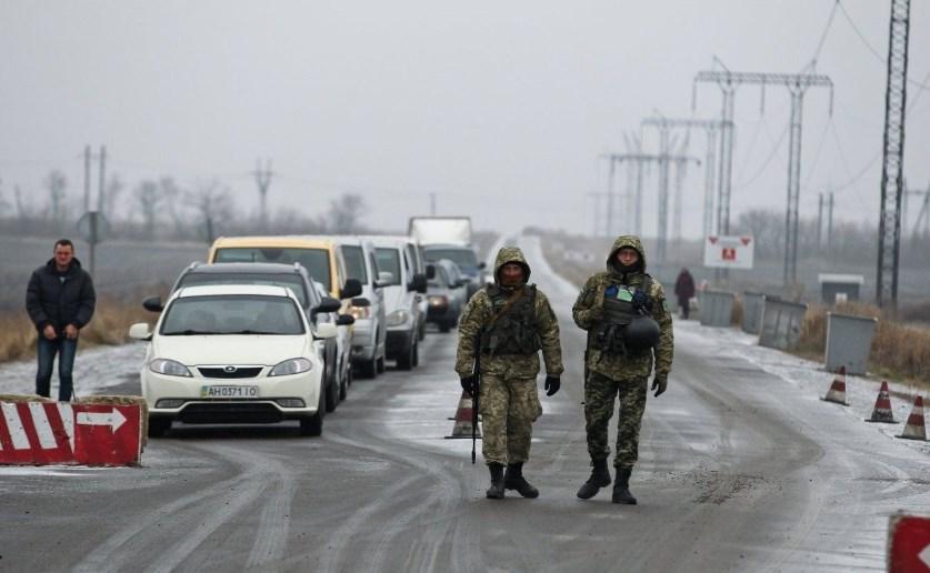 На КПВВ на Донбассе застряли сотни автомобилей