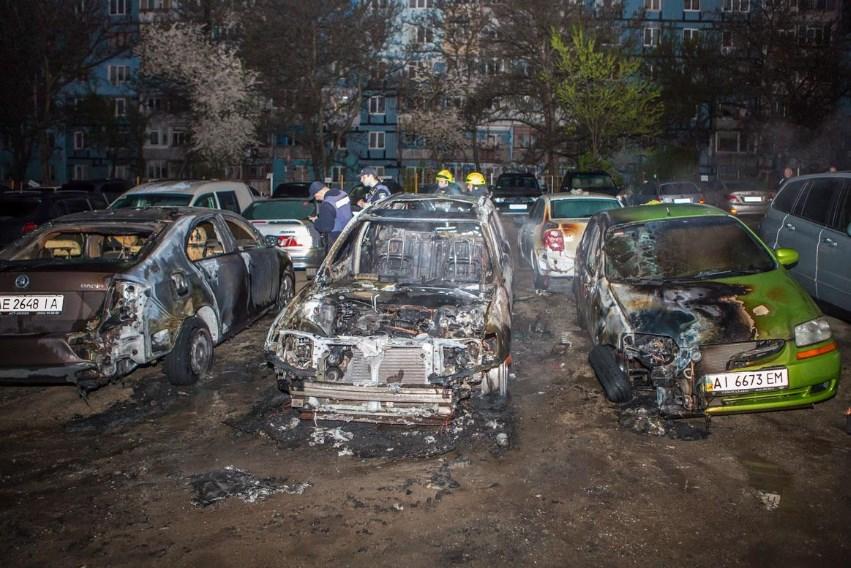 В Днепре горели автомобили: огонь полностью уничтожил легковушку