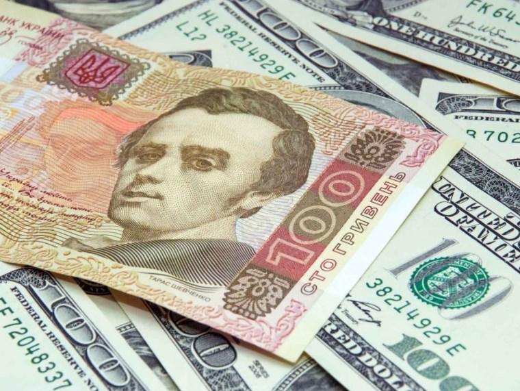 Гривня ушла в пике: доллар и евро в Украине стремительно дорожают
