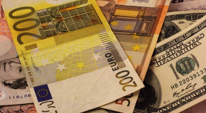 Доллар и евро продолжают рваться вверх: курс НБУ
